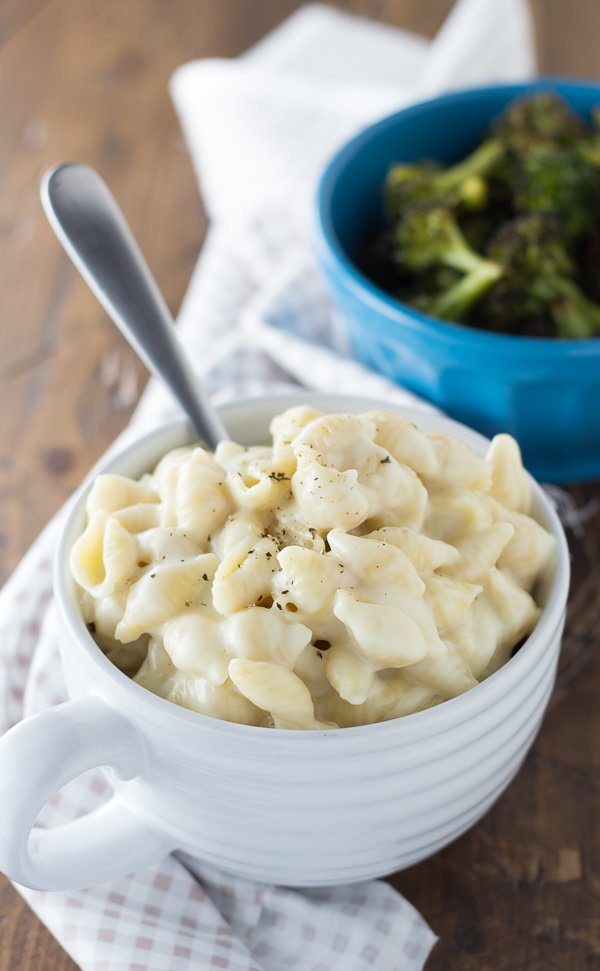 Creamy Stovetop Panera Mac and Cheese - a homemade version of the restaurant favorite! This copycat recipe makes an ultra creamy and cheesy macaroni and cheese! Ready in 30 minutes!