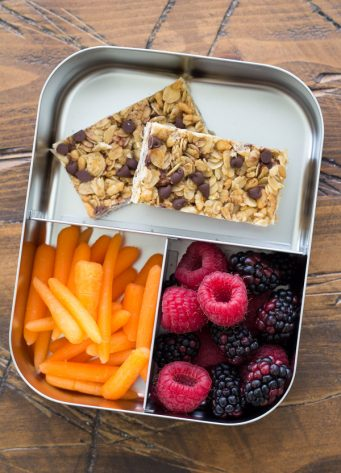 The BEST homemade chewy chocolate chip granola bars recipe! These bars are an easy make ahead healthy snack for kids. They are freezer-friendly and gluten free-friendly.